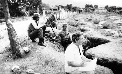 И.С. Глазунов за работой в окопах Никарагуа на границе с Гондурасом во время военных действий