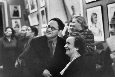 Зрители на первой выставке Ильи Глазунова, которая принесла не только всемирную славу, но и любовь народа
