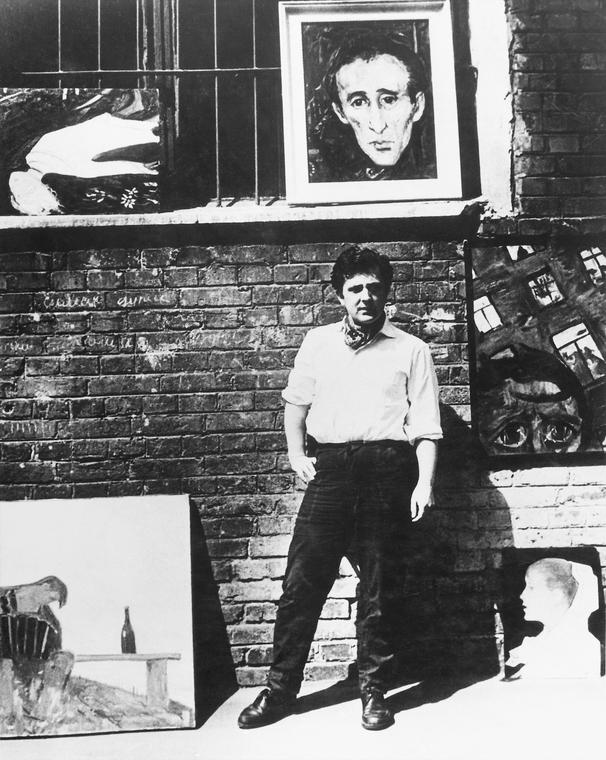 Илья Глазунов на фоне своих картин