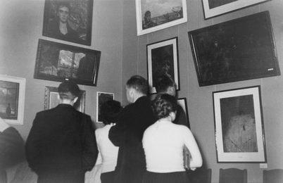 Зрители на первой выставке Ильи Глазунова