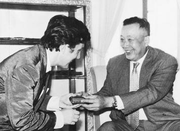 Его Величество король Лаоса награждает Илью Глазунова высшим орденом Королевства Лаос – орденом Вишну