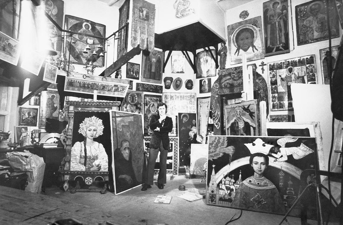 Илья Глазунов в своей мастерской