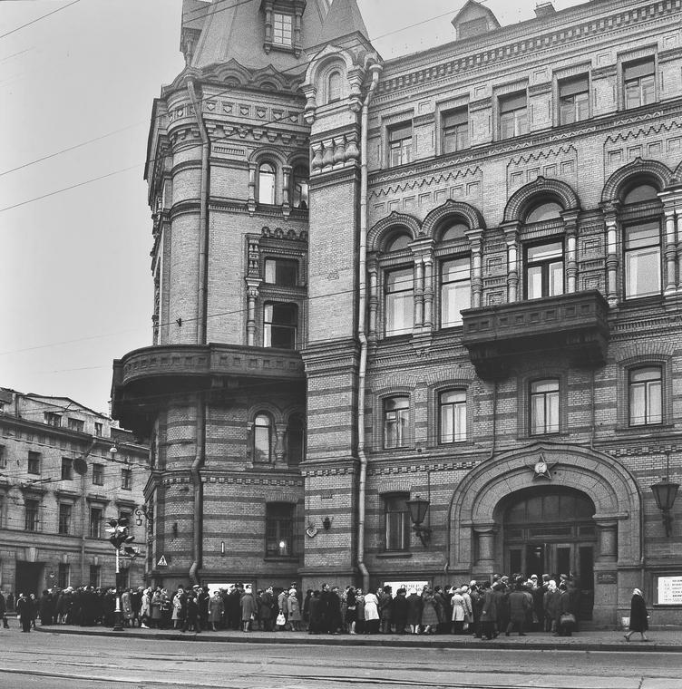 Очередь на Литейном проспекте на выставку Ильи Глазунова в Центральном доме офицеров