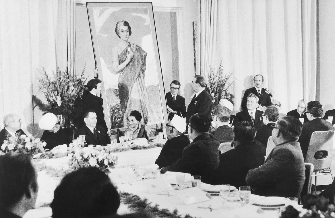 Вручение Л.И. Брежневым Индире Ганди ее портрета, написанного И.С. Глазуновым