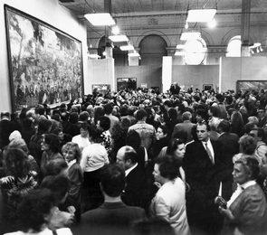 Зрители на выставке Ильи Глазунова в московском Манеже