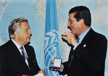 Президент ЮНЕСКО Федерико Майор вручает Илье Глазунову золотую медаль ЮНЕСКО «За вклад в мировую культуру и цивилизацию»