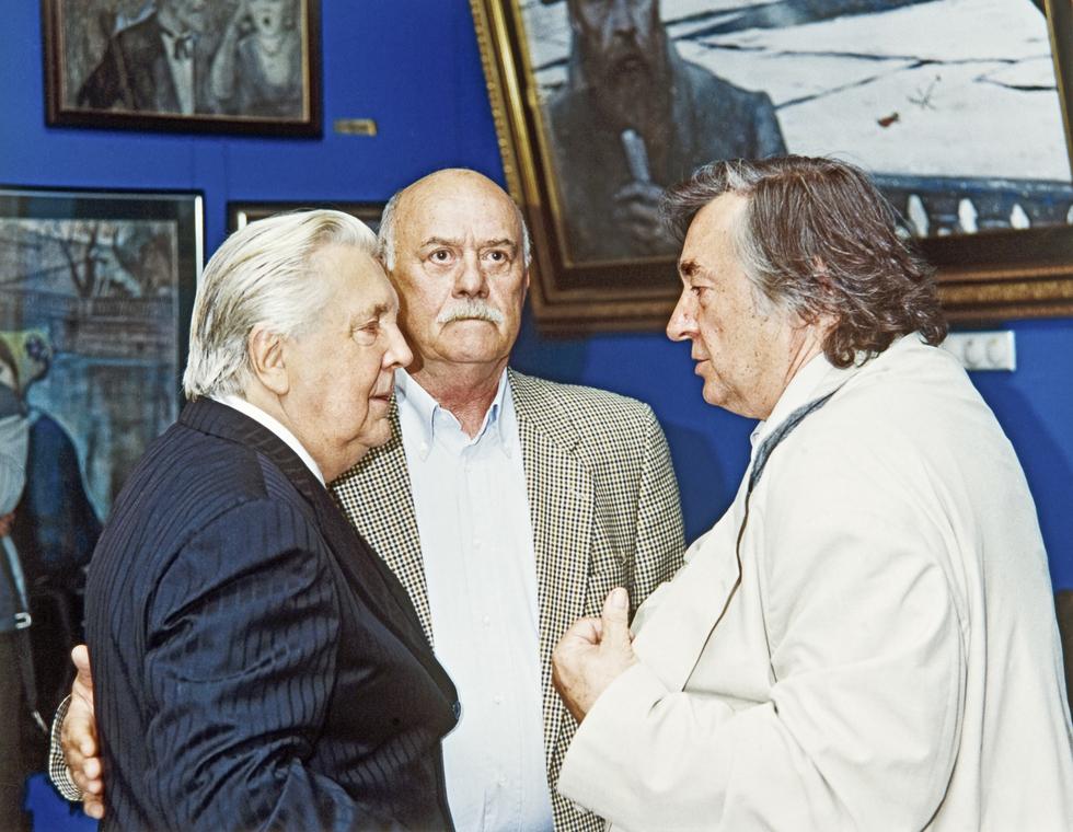 И.С. Глазунов, режиссер С.С. Говорухин и писатель А.А. Проханов в картинной галерее художника