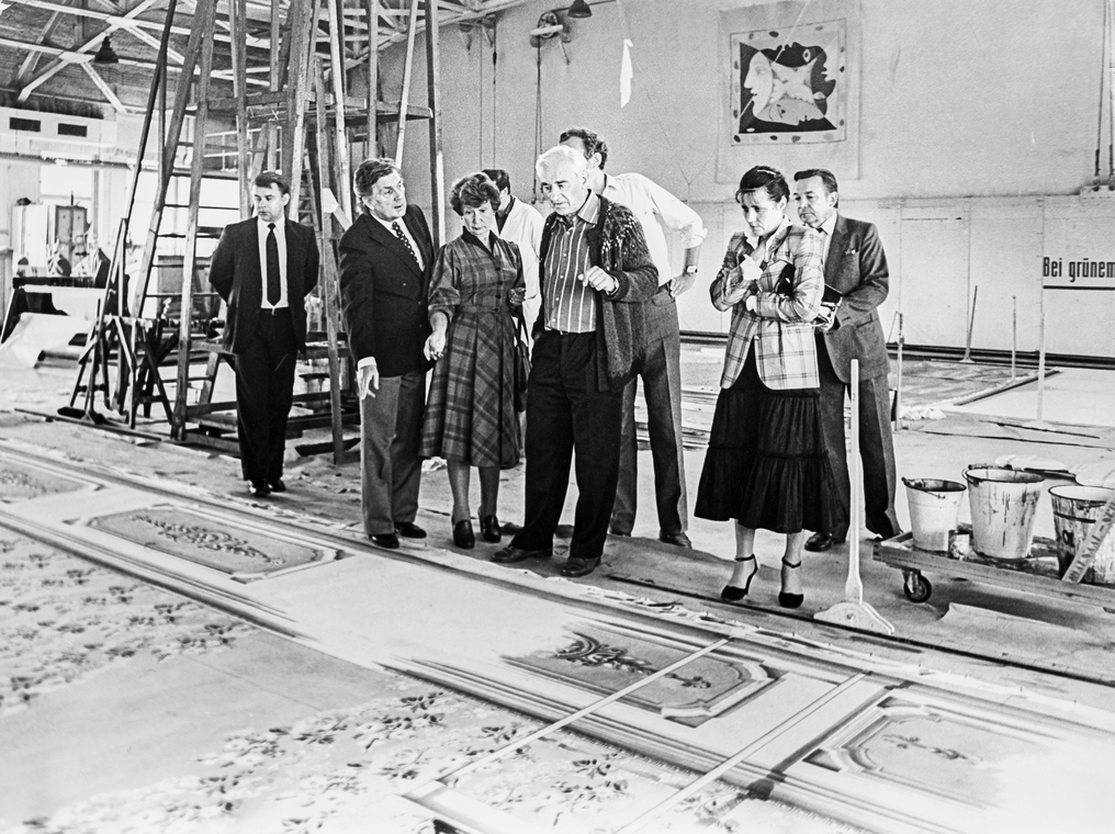 Илья Глазунов, Борис Покровский и сотрудники Штаатсопер в Берлине на смотре декораций к опере П.И. Чайковского «Пиковая дама»