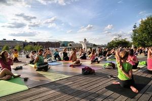Yoga v parkakh